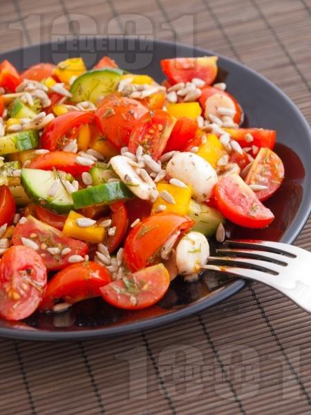 Салата с чери домати, краставици, чушки, гъби, риган и слънчоглед - снимка на рецептата